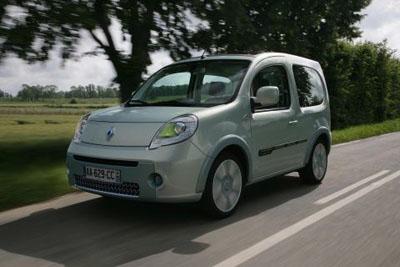 Imagen frontal de la Renault Kangoo Be Bop ZE circulando por una carretera
