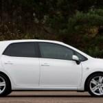 Imagen lateral del Toyota Auris Híbrido aparcado