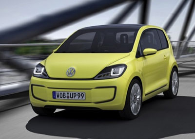 Volkswagen E-Up! prototipo eléctrico, circulando por un puente