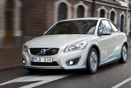 imagen frontal del Volvo C30 BEV electrico circulando por una calle