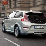 imagen trasero del Volvo c30 electrico circulando por ciudad