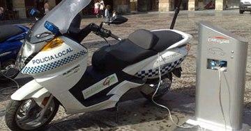 Barcelona instalará en septiembre puntos de recarga para motos eléctricas