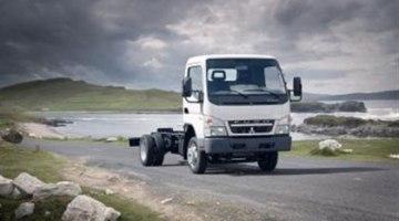 imagen del camión eléctrico Canter E Cell, con un cielo amenazador