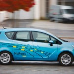 imagen del Opel Meriva eléctrico circulando por una calle
