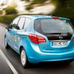 imagen trasera del Opel Meriva eléctrico, ciruclanco por una carretera