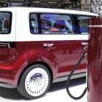 lateral de la Volkswagen Bulli, junto a una estación de recarga en el Salón de Ginebra 2011