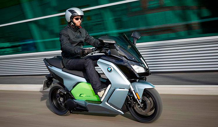 Imagen donde vemos el maxiscooter eléctrico BMW C Evolution circulando por ciudad.