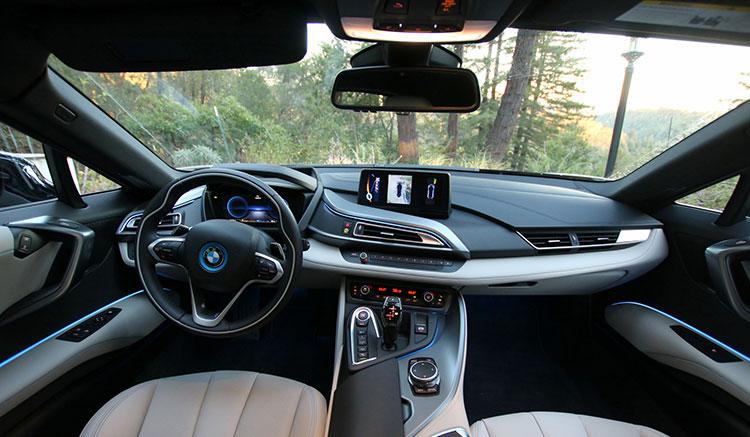 Imagen donde podemos apreciar el diseño y detalles del interior del habitáculo del deportivo híbrido BMW i8.