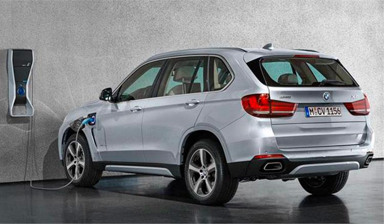 Imagen donde podemos ver un BMW X5 xDrive40e recargando sus baterías en un punto de recarga doméstico.