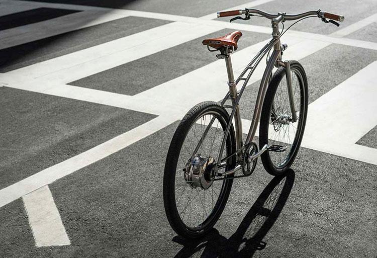 Imagen trasera de la Budnitz Model E, donde podemos apreciar el diseño del cuadro y la forma de la bicicleta.