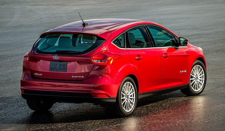 Imagen trasera del Ford Focus eléctrico donde podemos apreciar los faros traseros y el diseño de toda la zona trasera del vehículo.