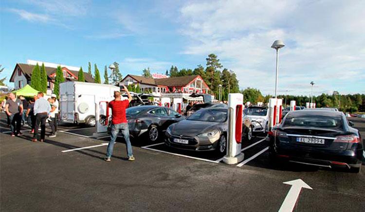 Imagen donde vemos cómo se llenó la estación de recarga Tesla durante su inauguración en Nebbenes, Noruega.