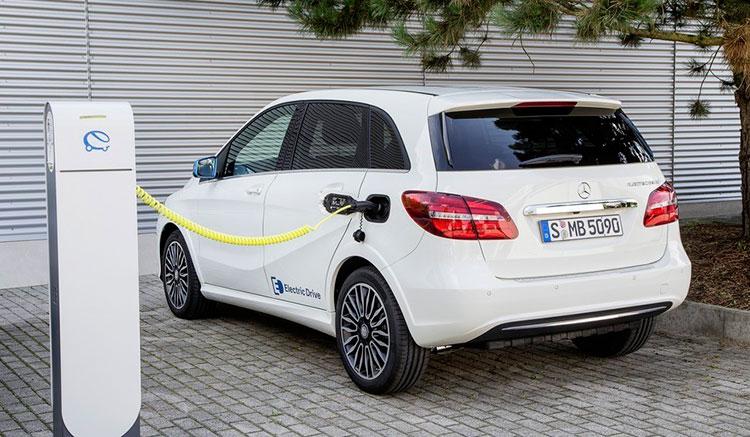 Imagen donde podemos ver la entrada de corriente para recargar las baterías del Mercedes Clase B Electric Drive.