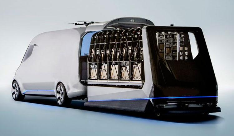 Imagen donde vemos el proceso de carga de mercancías en el prototipo Vision Van Concept de Mercedes.