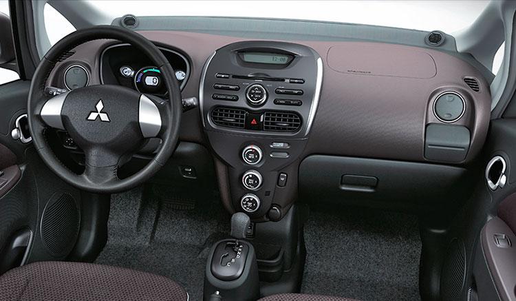 Imagen del interior del habitáculo del Mitsubishi i-MiEV, donde podemos ver la disposición de los mandos y el diseño de las molduras interiores.