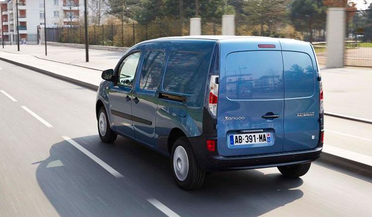 Imagen trasera de la Kangoo eléctrica de Renault, donde vemos el diseño de sus faros traseros y el portón trasero.