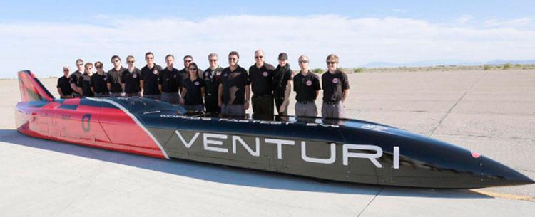Imagen donde podemos ver el vehículo eléctrico más rápido del mundo, el Venturi VBB-3, junto al equipo de desarrollo.