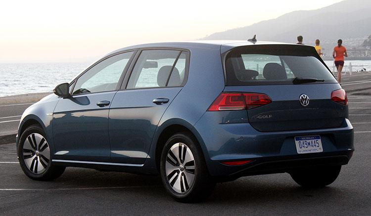 Imagen donde podemos ver el diseño y posición de los pilotos traseros del Volkswagen e-Golf.