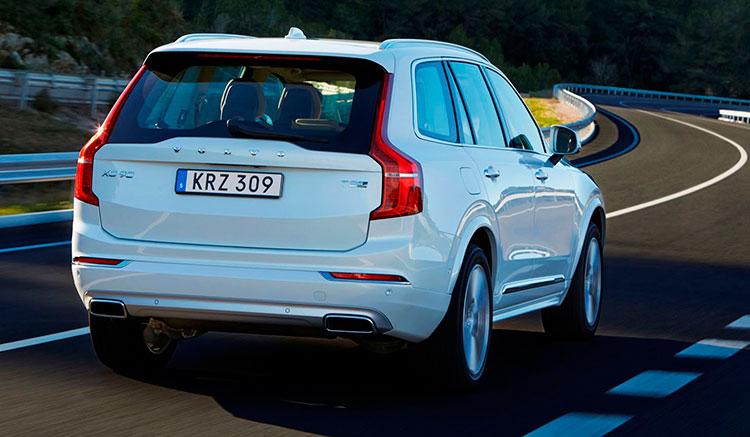 Imagen trasera del Volvo XC90 T8 Twin Engine, donde vemos el aspecto trasero del vehículo.