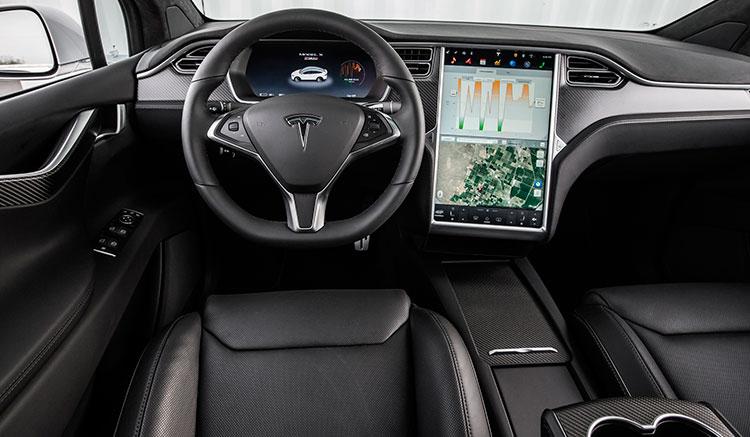 Imagen donde podemos ver el interior del habitáculo del Tesla Model X, donde destaca su gran pantalla táctil central.