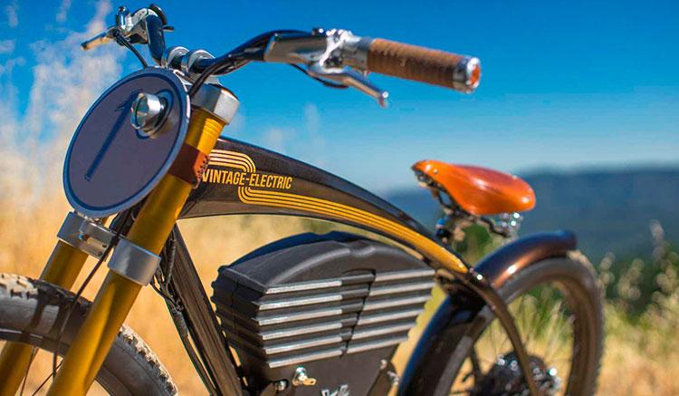 Imagen lateral de la Vintage Electric Scrambler, donde podemos apreciar el diseño rertro del conjunto, con la caja de la baterías que simula un motor de moto clásica.