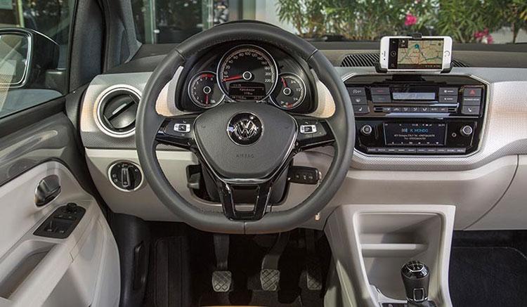 Imagen donde podemos apreciar el diseño y disposición de los diversos controles, en el interior del Volkswagen e-Up.