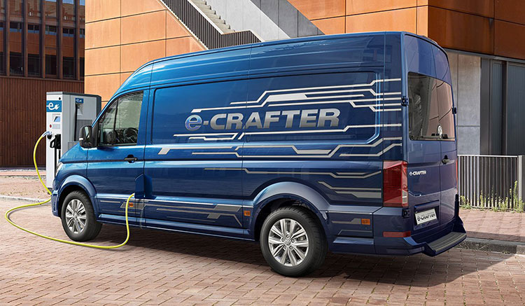Imagen donde podemos ver una Volkswagen e-Crafter enchufada a un punto de recarga para recargar sus baterías.
