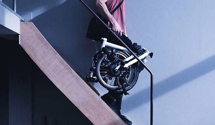 Imagen donde podemos hacernos una idea de las dimensiones, una vez plegada, de la Brompton Electric.
