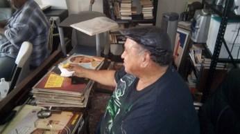 Arturo Nater revisa la coleccion de discos