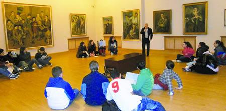 Un grupo de alumnos e alumnas do centro monfortino durante as explicacións recibidas na visita ó Museo Provincial de Lugo. (Foto cedida).