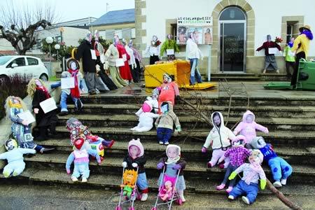 A tradición do Xoves de Comadres disfruta de boa saúde no sur de Lugo, como demostra a gran creatividade personificada nas comadres que puideron verse en Sober. (Foto cedida).