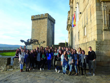 Foto de grupo dos alumnos e alumnas participantes no intercambio educativo en Monforte. (Foto cedida).