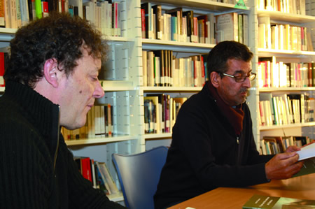 Un momento da presentación do último libro de Antón Valcarce na Biblioteca de Sober, coa lectura dalgún pasaxe a cargo do alcalde de Sober, Luis Fernández Guitián. (Foto cedida).
