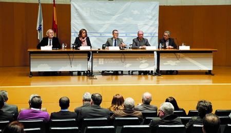 O conselleiro de Educación, Jesús Vázquez Abad, e a delegada territorial da Xunta en Lugo, Raquel Arias, na firma dos contratos-programa cos directores dos 38 centros.GPDTL.