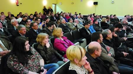 A Casa da Cultura de Monforte esgotou o seu aforo para dar cabida aos numerosos aficionados e curiosos que asistiron á charla-coloquio a cargo dos ex xogadores do FCBarcelona. EC.