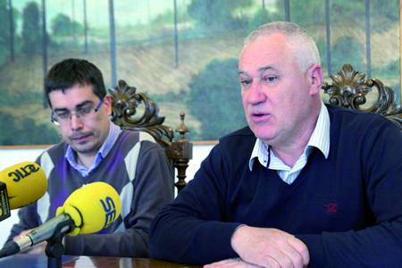 O voceiro socialista da Deputación, Manuel Martínez, durante a rolda de prensa xunto ó voceiro nacionalista no organismo provincial, Mario Outeiro. GPDL.
