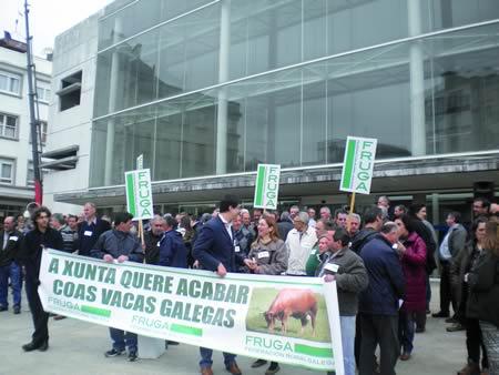 A concentración convocada por FRUGA tivo lugar diante da Delegación da Xunta en Lugo, e contou coa presencia de Xurxo Álvarez, presidente da FRUGA; Elías Somoza, responsable de sectores gandeiros de FRUGA; e do delegado da Vicepresidencia 1ª da Deputación de Lugo, Mario Outeiro. (Foto cedida).