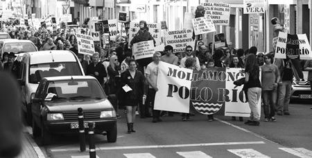Encabezamento da manifestación convocada o 12 de abril pola Plataforma Sarriana polo Río, que reuniu a preto dun milleiro de persoas. (Foto cedida).