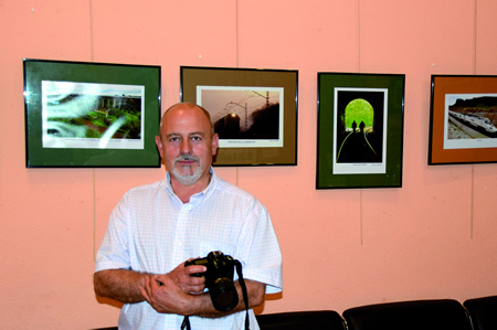 """Jesús R. Montero, autor dos traballos da exposición """"El tren en el paisaje"""". (Foto: JOSÉ CAMILO)"""
