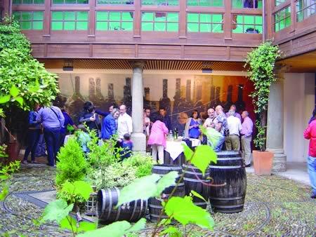 A xornada de presentación do balance de actividades desta entidade rematou cun convite celebrado no claustro do Centro do Viño de Monforte. (Foto cedida).