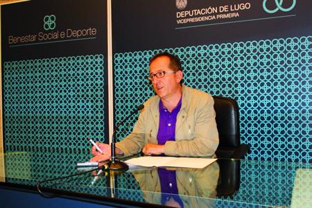 """O vicepresidente da Deputación de Lugo e responsable da Área de Benestar Social e Deporte, Antonio Veiga, durante a presentación do programa """"Movémonos"""". GPVDL."""