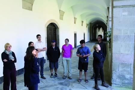 O delegado de Cultura da Deputación, Mario Outeiro, seguiu unha visita guiada polo conxunto histórico-artístico da Real Abadía de San Julián e Santa Basilisa de Samos.  GPVDL.