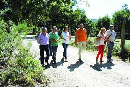 A vicepresidenta segunda da Deputación, Lara Méndez, durante a súa visita ós camiños, recén acondicionados, de acceso a montes comunais no término municipal de A Pobra do Brollón, a comezos de setembro. GPDL.