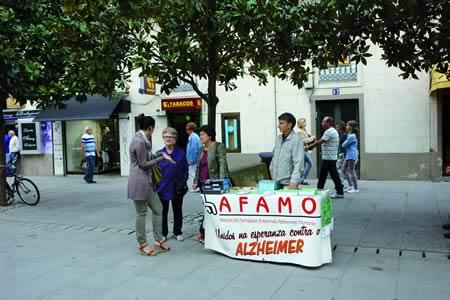 A mesa informativa que AFAMON vén instalando cada ano na rúa Cardeal con motivo do Día Mundial do Alzheimer forma parte do calendario anual de actividades deste colectivo. Arquivo EC