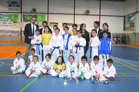 Foto de familia dos deportistas do Club Neka que disputaron a última edición da fase provincial escolar, no pavillón de A Pinguela de Monforte. Arquivo EC.