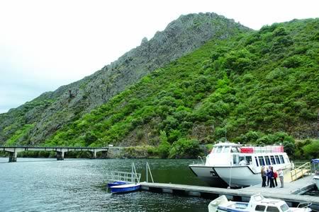 As viaxes en catamarán polos ríos Miño e Sil seguen a manter o seu atractivo para os visitantes da Ribeira Sacra.  Arquivo EC.