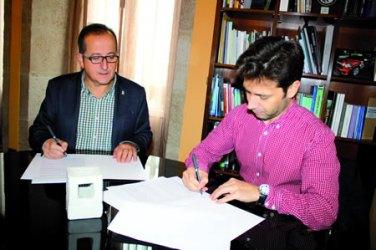 O responsable de Benestar e vicepresidente  da Deputación, Antonio Veiga, na sinatura do convenio co presidente de AGADHEMO, a finais do mes pasado. GPVDL.