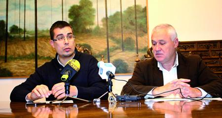 O voceiro nacionalista na Deputación de Lugo, Mario Outeiro, e o portavoz socialista, Manuel Martínez, despois da aprobación da declaración institucional sobre Alcoa. GPDL.