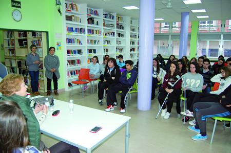 Un momento da charla de Margarita Rodríguez Otero na biblioteca do IES Daviña Rei. (Foto cedida).