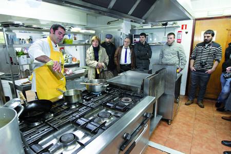 O xefe de cociña do restaurante O Grelo, Martín Mantilla, foi o condutor da segunda sesión do Showcooking Cocina Autóctona, que se celebrou o 21 de xaneiro dentro desta iniciativa da Deputación de Lugo. (Foto cedida).